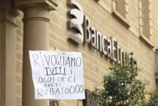 protesta-dei-risparmiatori-davanti-banca-etruria-7-749856_tn