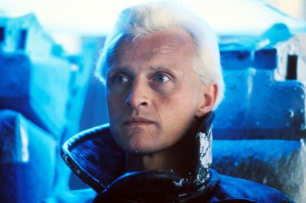 Scena dal film Blade runner. L'androide protagonista