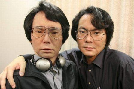 Lo scienzato Hiroshi Ishiguro con il suo sosia robot