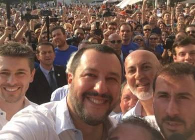 Salvini_selfie_folla
