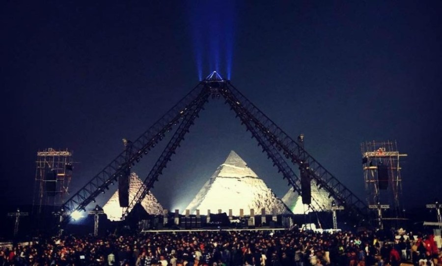 Red hot chili peppers. Cocnert in Giza; light over pyramids on stage.jpg