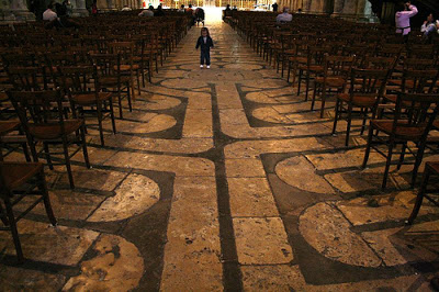Labirinto di Chartres nascosto dalle sedie.jpg