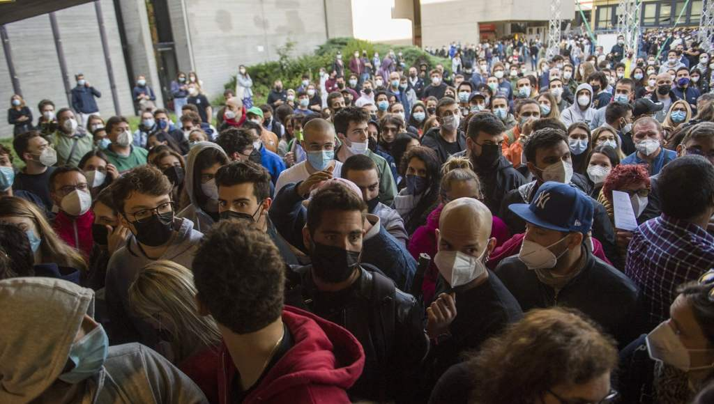 Vaccino anticovid: Giovani assalto all'Open Day di Bologna